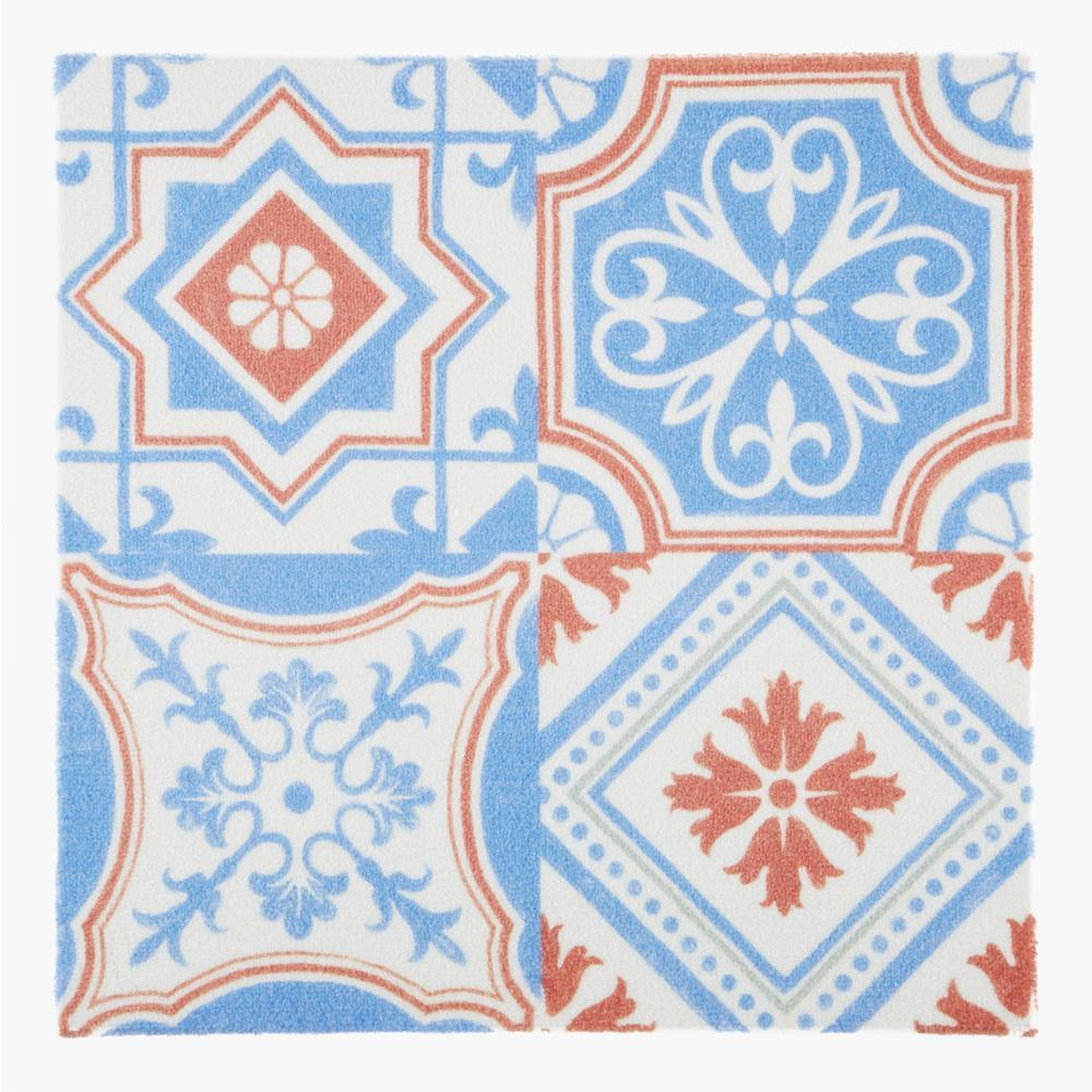 ヨーロッパのデコラティブなデザインをミックスしたプリントタイルカーペット。 カラーはブルーとオレンジのタイルらしい配色です。 室内のアクセントとして、様々なシーンでご使用いただけます。