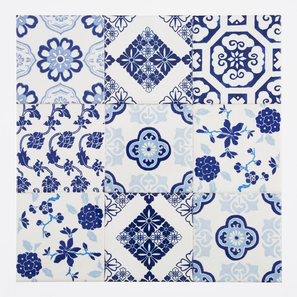 日本の和柄をミックスしたプリントタイル。 カラーはブルー基調としたタイルらしい配色です。 室内のアクセントとして、様々なシーンでご使用いただけます。
