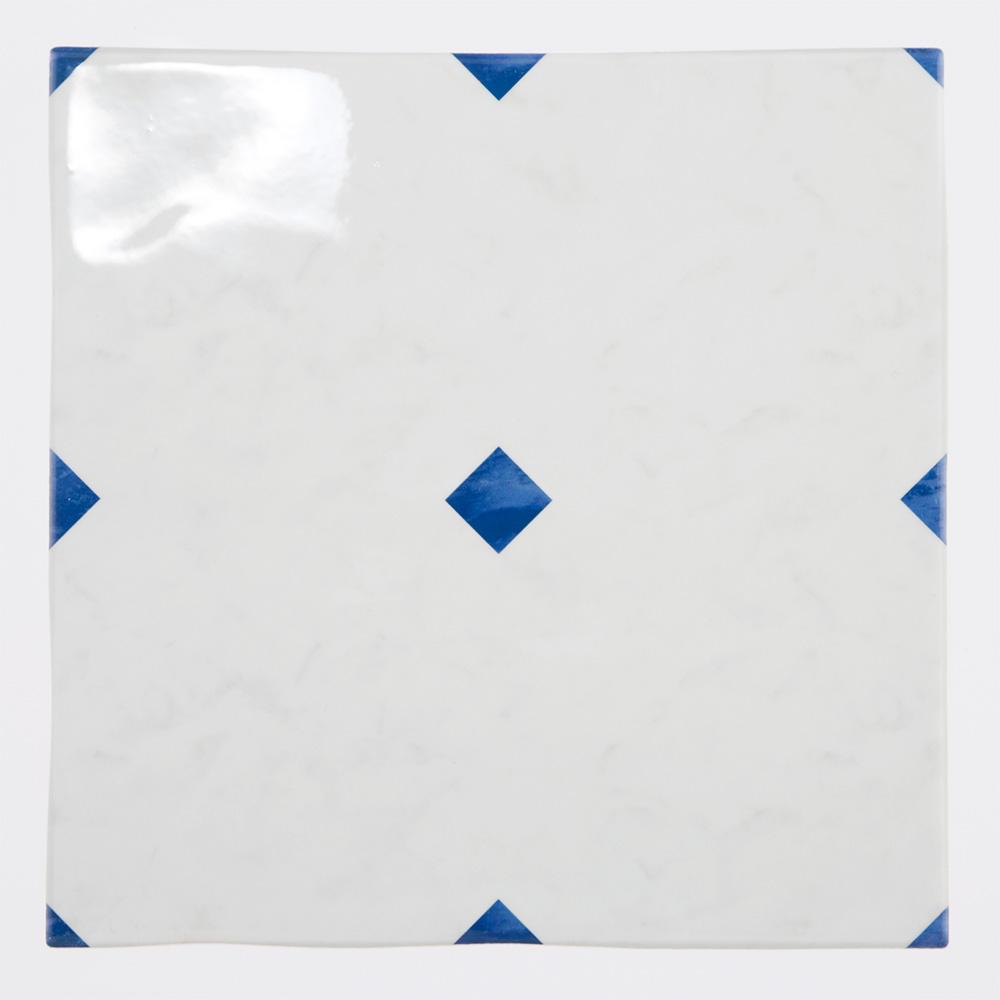白を基調にした石目にビビットなブルーの石目調のダイヤをプリントしたタイル。 トイレ、キッチン、水まわりなど清潔感のある室内にご利用いただけるタイルです。