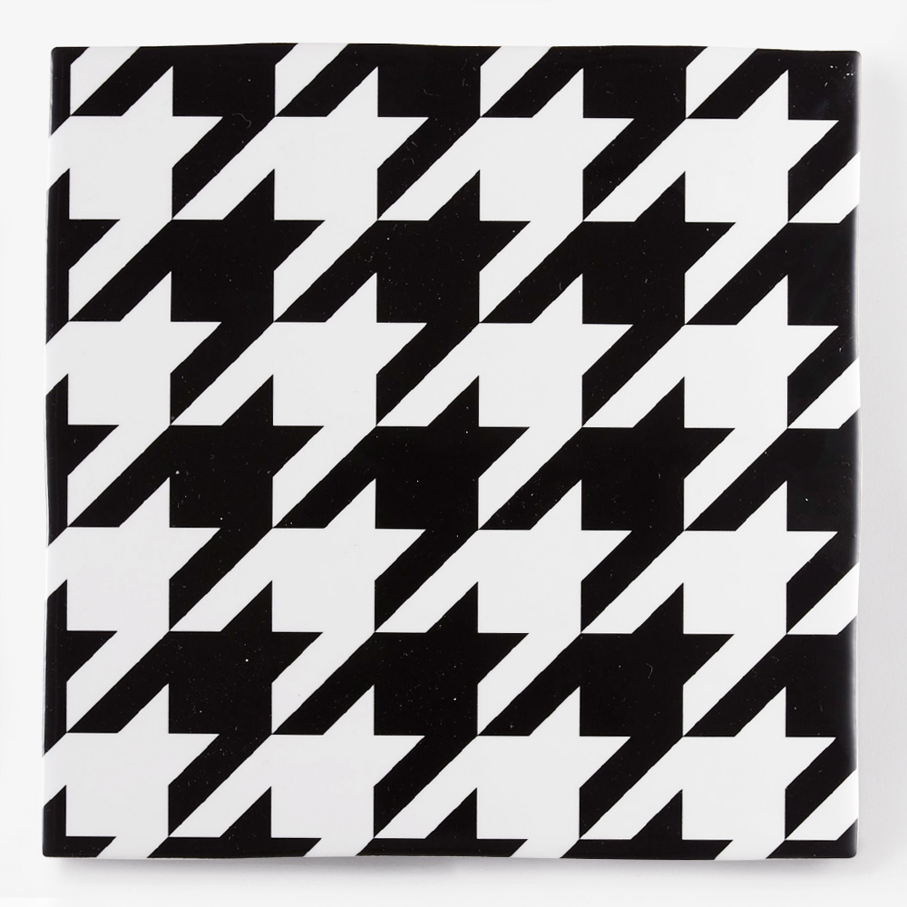 白黒の千鳥柄をプリントしたタイルです。壁タイル、床タイル、Pタイルとしてご利用頂けます。
