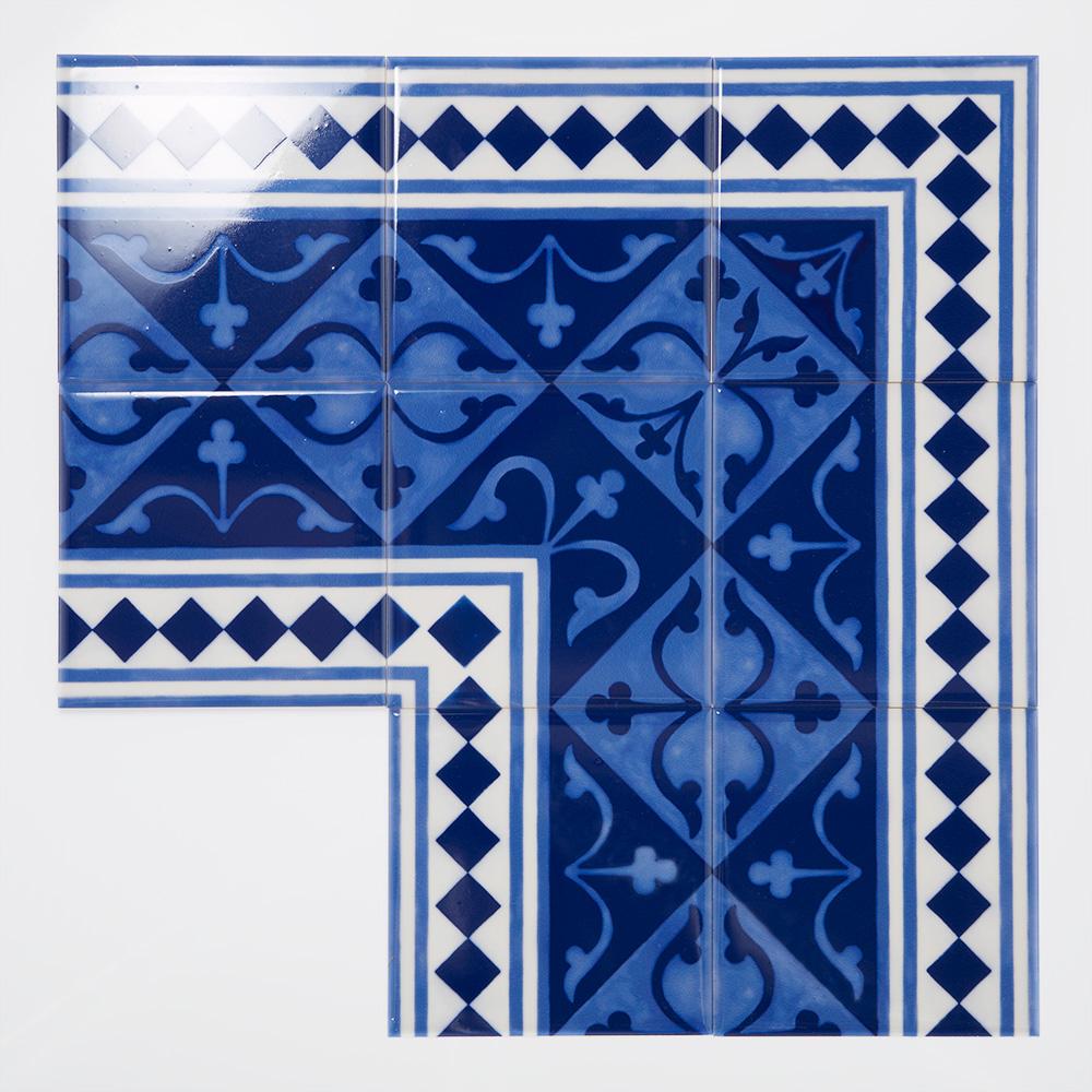 ヨーロッパのデコラティブなデザインをミックスしたプリントタイル。 カラーは青と白を基調にしたのタイルらしい配色です。 室内のアクセントとして、様々なシーンでご使用いただけます。