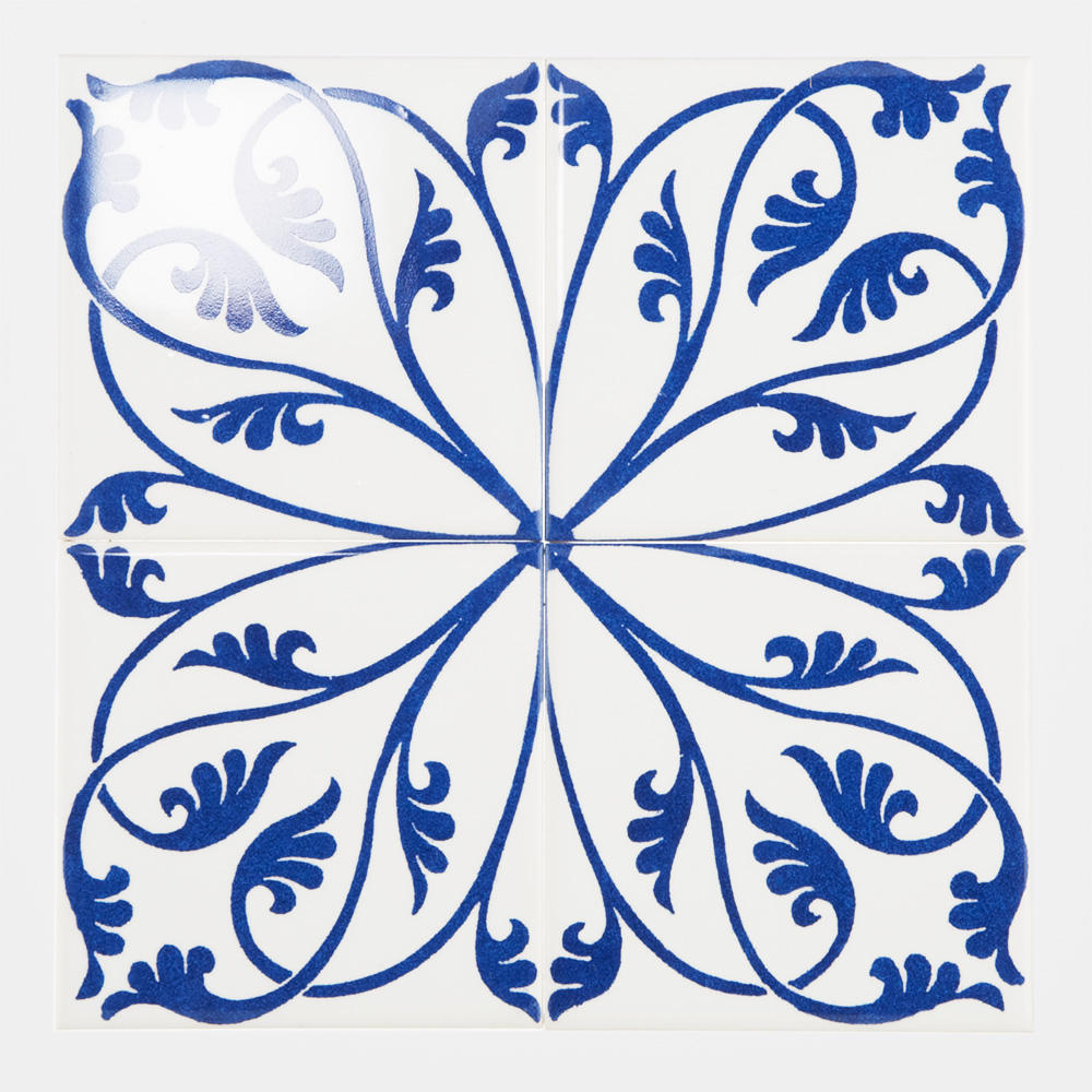 西洋のデコラティブな柄をプリントしたタイル。 カラーは白とブルーを基調にしたタイルらしい配色です。 室内のアクセントとして、様々なシーンでご使用いただけます。