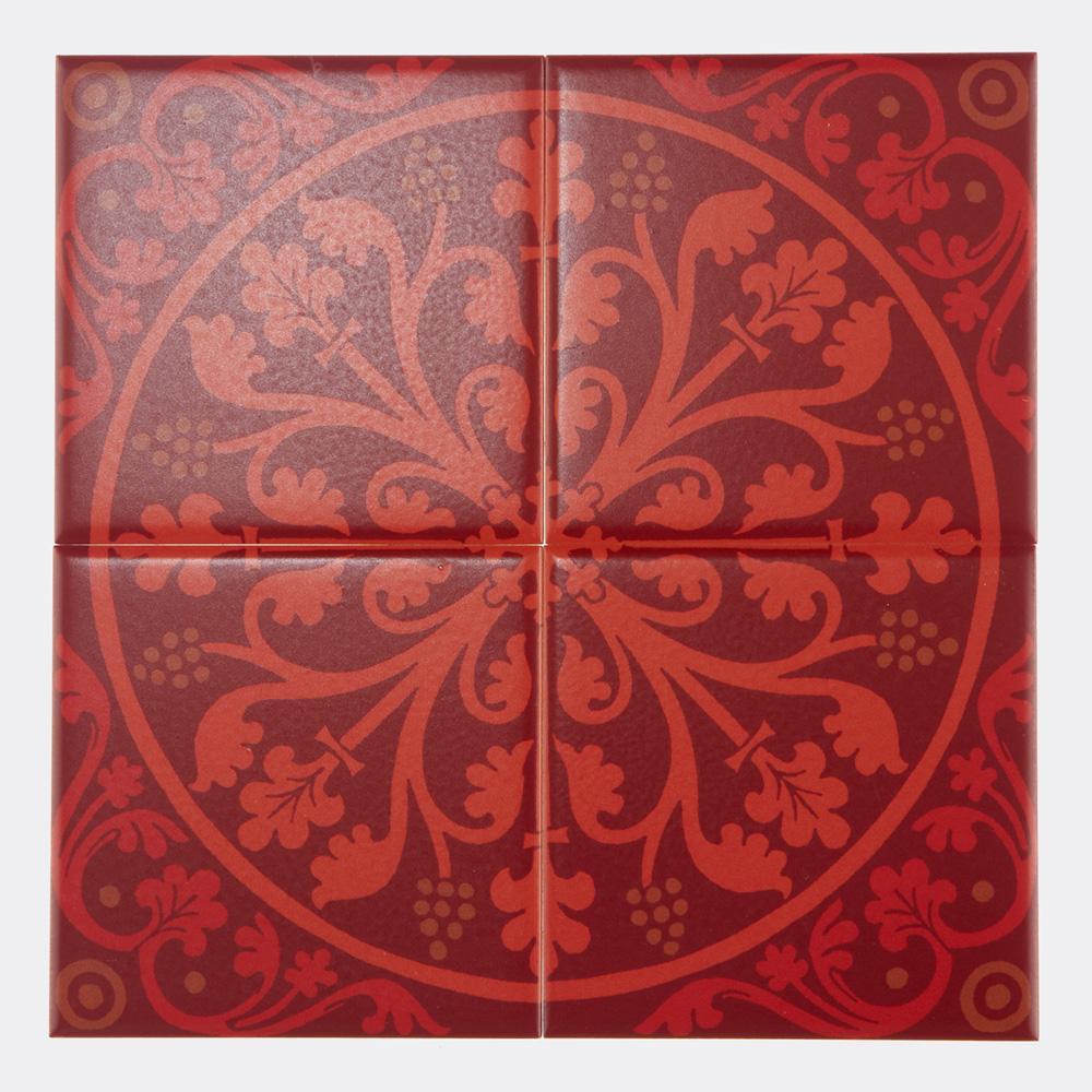 西洋のデコラティブな柄をプリントしたタイル。 カラーは鮮やかな赤を基調にした配色です。 室内のアクセントとして、様々なシーンでご使用いただけます。