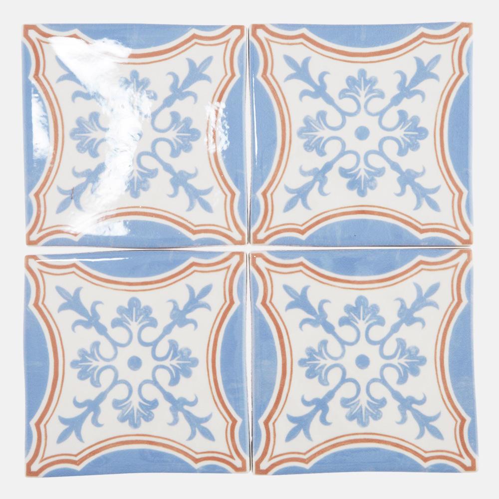 西洋のデコラティブな柄をプリントしたタイル。 カラーは白とブルーとオレンジを基調にしたタイルらしい配色です。 室内のアクセントとして、様々なシーンでご使用いただけます。