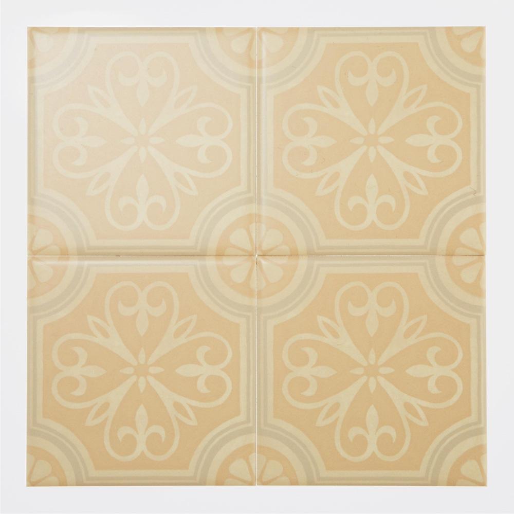 西洋のデコラティブな柄をプリントしたタイル。 カラーはベージュ基調にした落ち着きのある配色です。 室内のアクセントとして、様々なシーンでご使用いただけます。