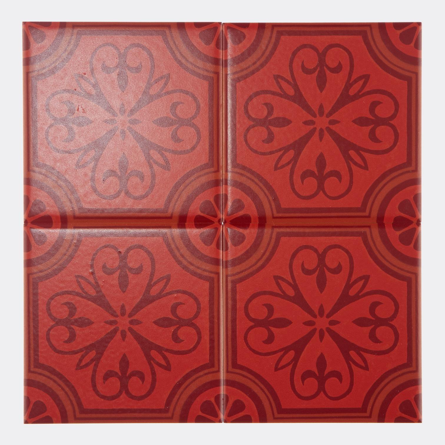 西洋のデコラティブな柄をプリントしたタイル。 カラーは発色の良い赤を基調にした配色です。 室内のアクセントとして、様々なシーンでご使用いただけます。