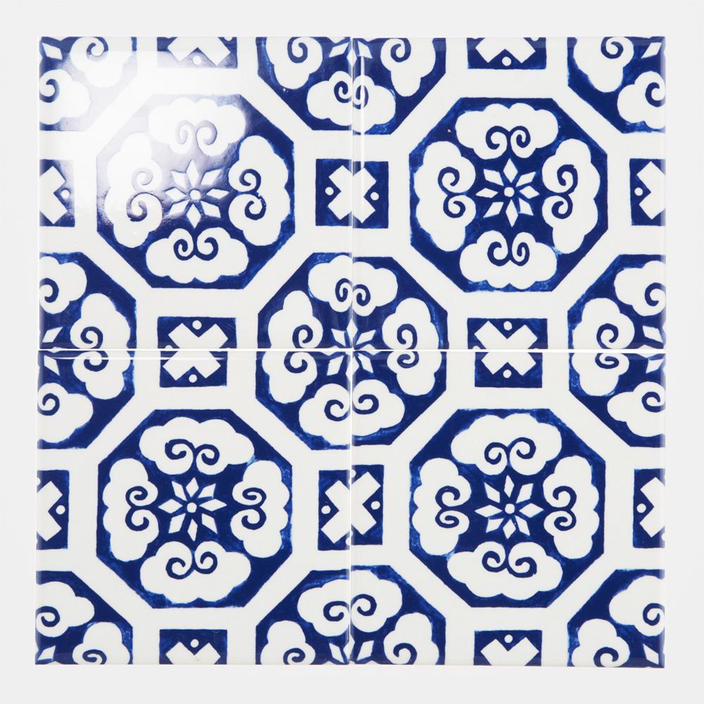 日本古来からある和柄調の手書きのデザインをプリントしたタイルです。 本物の陶磁器の様な鮮やかな青い色合いが特徴のタイルです。 飲食店、アパレル店舗、商業施設などの壁タイル材として、空間のアクセントととしてのご使用はもちろん、トイレやキッチン、水回りなどの壁タイル材としてもご使用頂けます。
