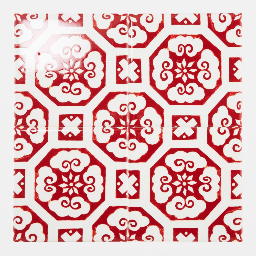 日本古来からある和柄調の手書きのデザインをプリントしたタイルです。 本物の陶磁器の様な鮮やかな赤い色合いが特徴のタイルです。 飲食店、アパレル店舗、商業施設などの壁タイル材として、空間のアクセントととしてのご使用はもちろん、トイレやキッチン、水回りなどの壁タイル材としてもご使用頂けます。