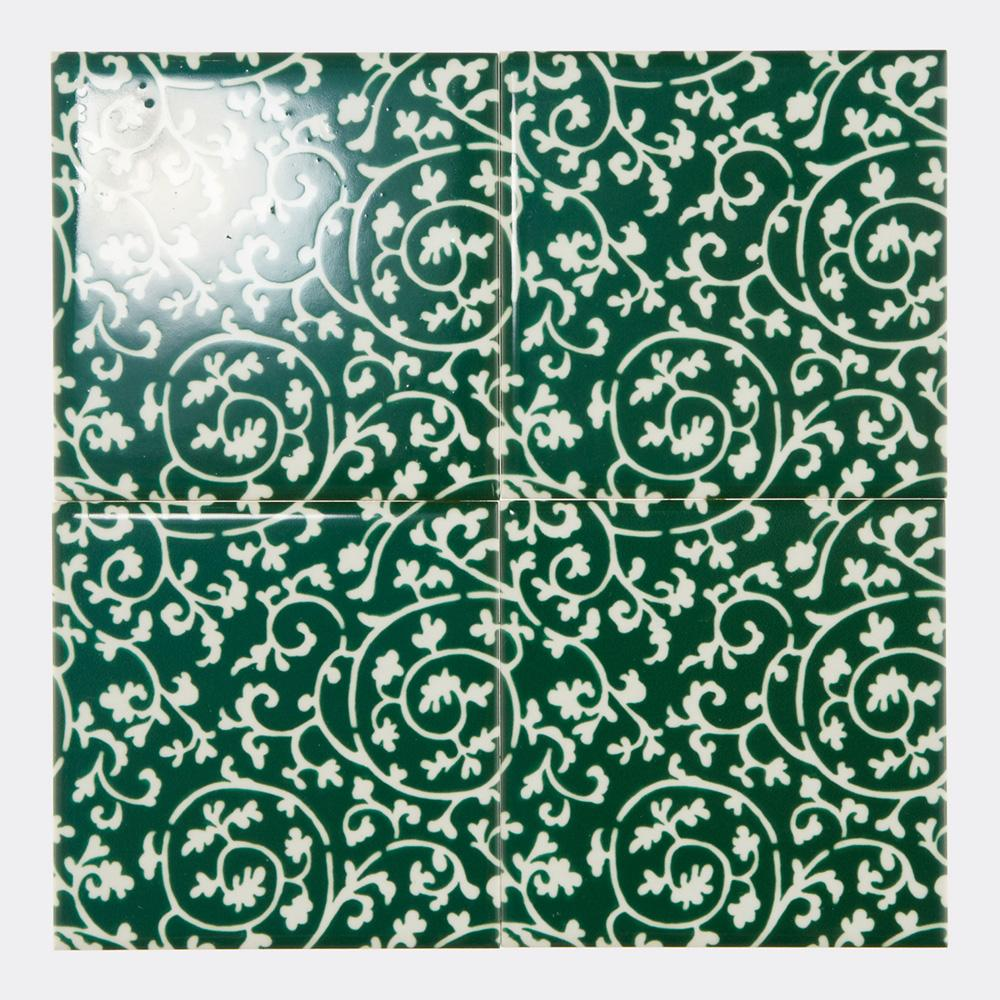 和柄の緑の唐草模様をプリントしたタイルです。