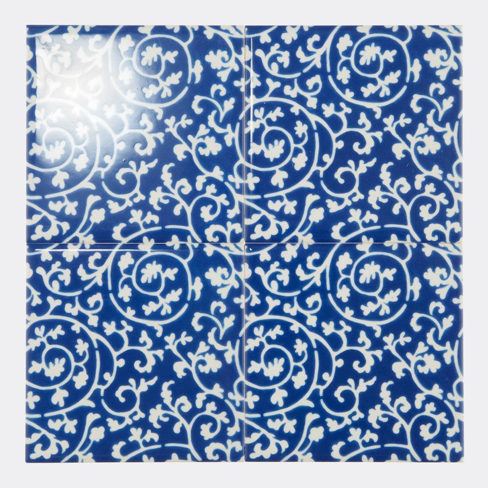 和柄の青い唐草模様をプリントしたタイルです。