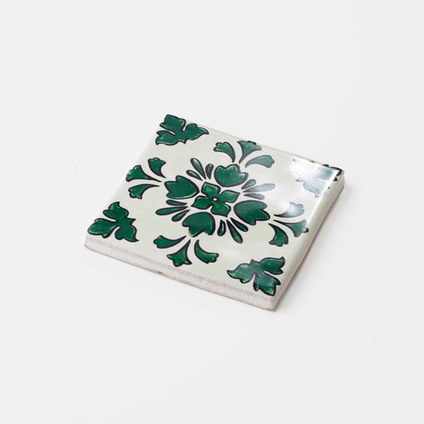 南米タイル、南イタリアタイル、スペインタイルなどをイメージした、手書きの植物柄の配色・デザインをプリントしたタイルです。プリントタイルならではの鮮やかな緑が特徴のタイルです。