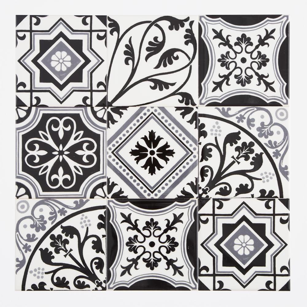 ヨーロッパのデコラティブなデザインをミックスしたプリントタイル。 カラーは白黒のモダンな配色です。 室内のアクセントとして、様々なシーンでご使用いただけます。