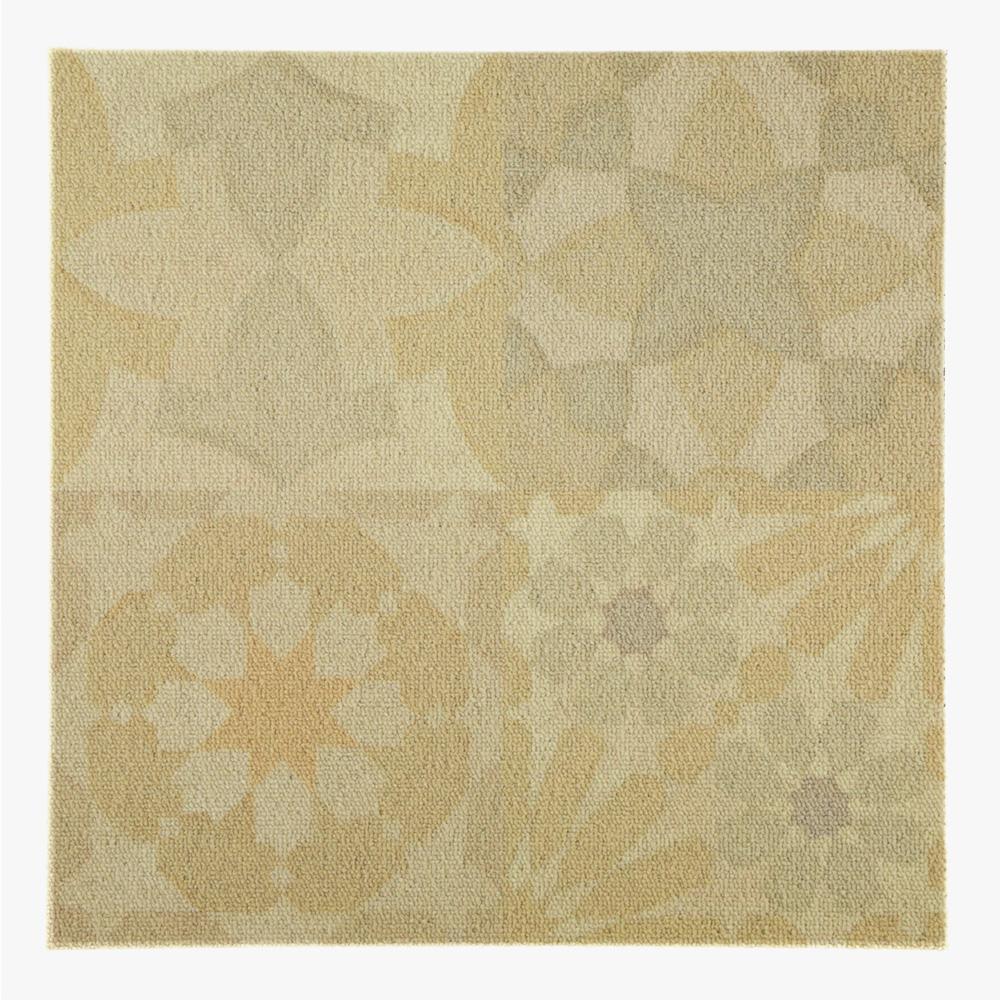 モロッコ柄をミックスしたプリントタイルカーペット。 カラーはベージュを基調にした主張の少ない配色です。 室内のアクセントとして、様々なシーンでご使用いただけます。