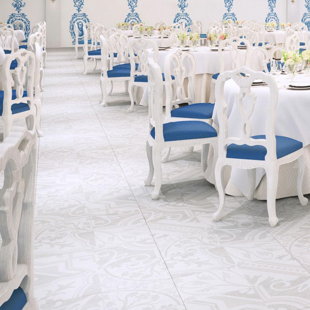 白い石目長に西洋のデコラティブな柄をミックスしたプリントタイル。 カラーは白い石目を基調にした主張の少ない配色です。 室内のアクセントとして、様々なシーンでご使用いただけます。