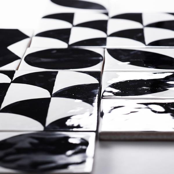 手書きの風合いのモノトーンの幾何学柄のモダンのタイルです。白黒の幾何学シリーズMOD1004 〜 MOD1007は、各柄を組み合わせての使用も可能です。壁タイル、床タイル、Pタイルとしてご利用頂けます。