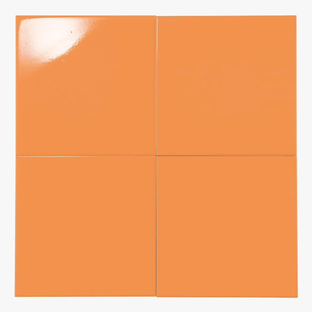 ライトオレンジ色のプリントタイルです。