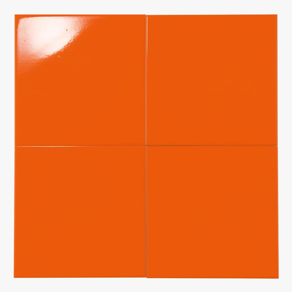 オレンジ色のプリントタイルです。