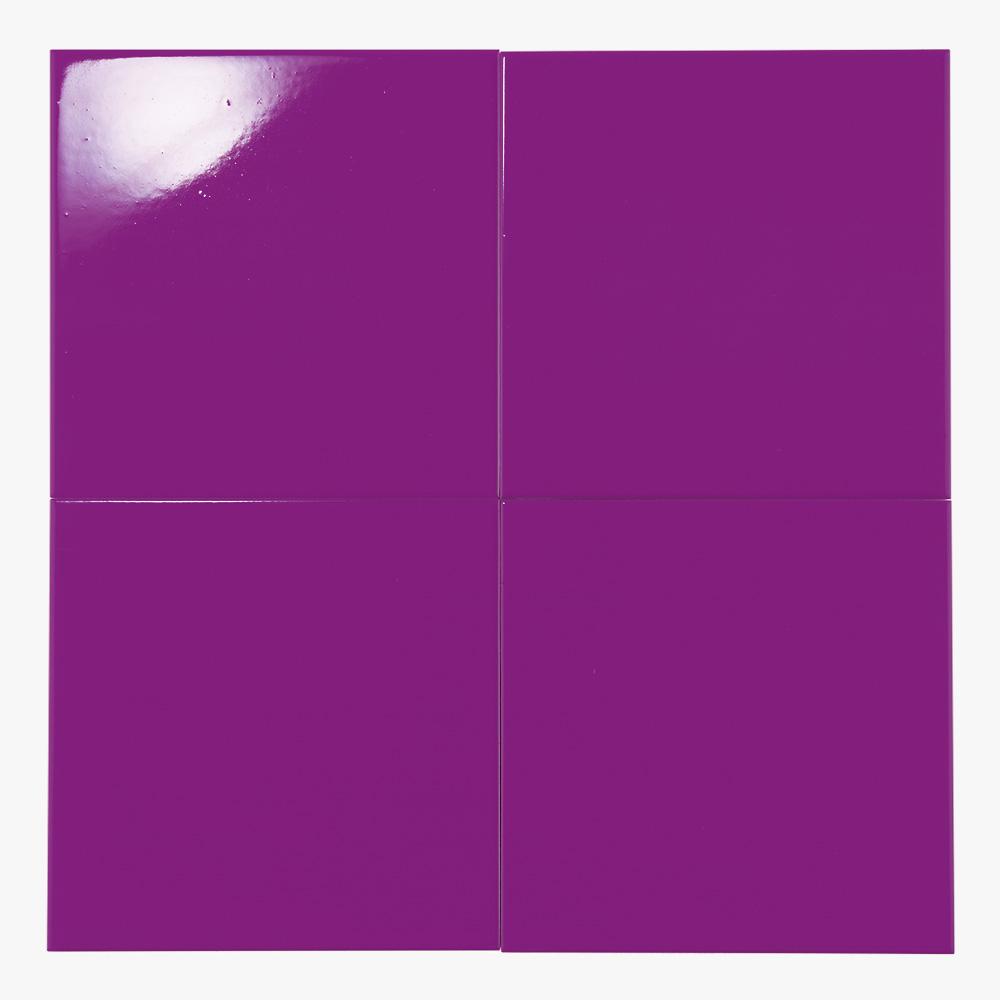 鮮やかな紫色のプリントタイルです。