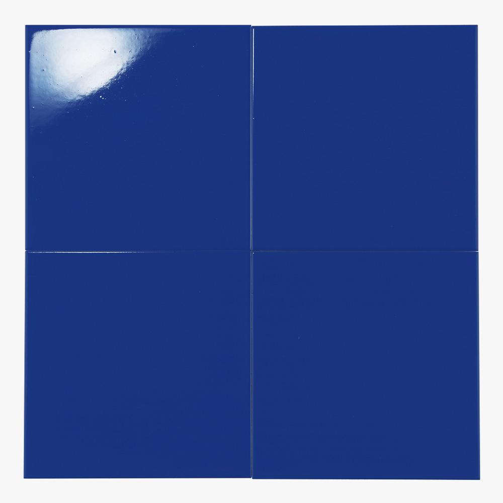 鮮やかな青色のプリントタイルです。