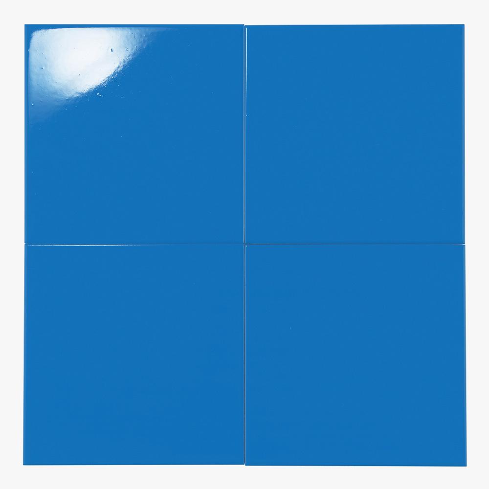 鮮やかなライトブルーのプリントタイルです。