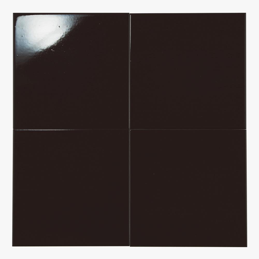 黒色のプリントタイルです。