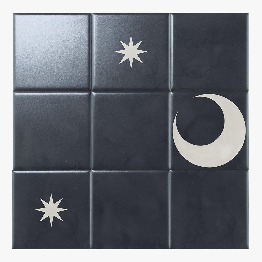 経年変化によるレトロな風合いを再現した夜空を連想させるの黒いテクスチャータイルに、デコピーストとして、星柄・月柄を組み合わせることで、遊び心ある空間をお作りいただけます。(マット仕上げを推奨しています)