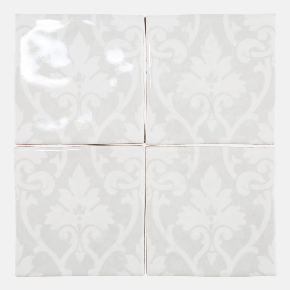 白を基調にした石目調に西洋のデコラティブな柄をプリントしたタイル。 トイレ、キッチン、水まわりなど清潔感のある室内にご利用いただけるタイルです。