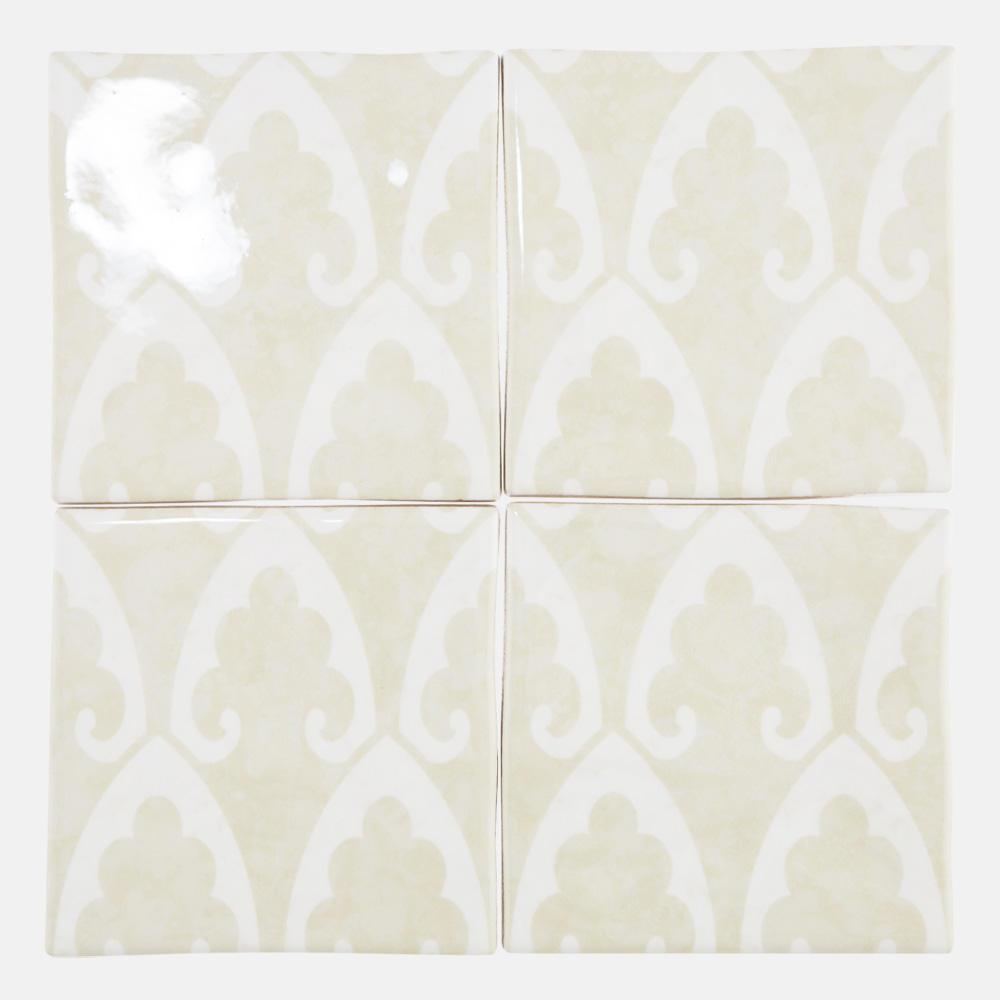 白を基調にした石目調に西洋のデコラティブな石目柄をプリントしたタイル。 トイレ、キッチン、水まわりなど清潔感のある室内にご利用いただけるタイルです。