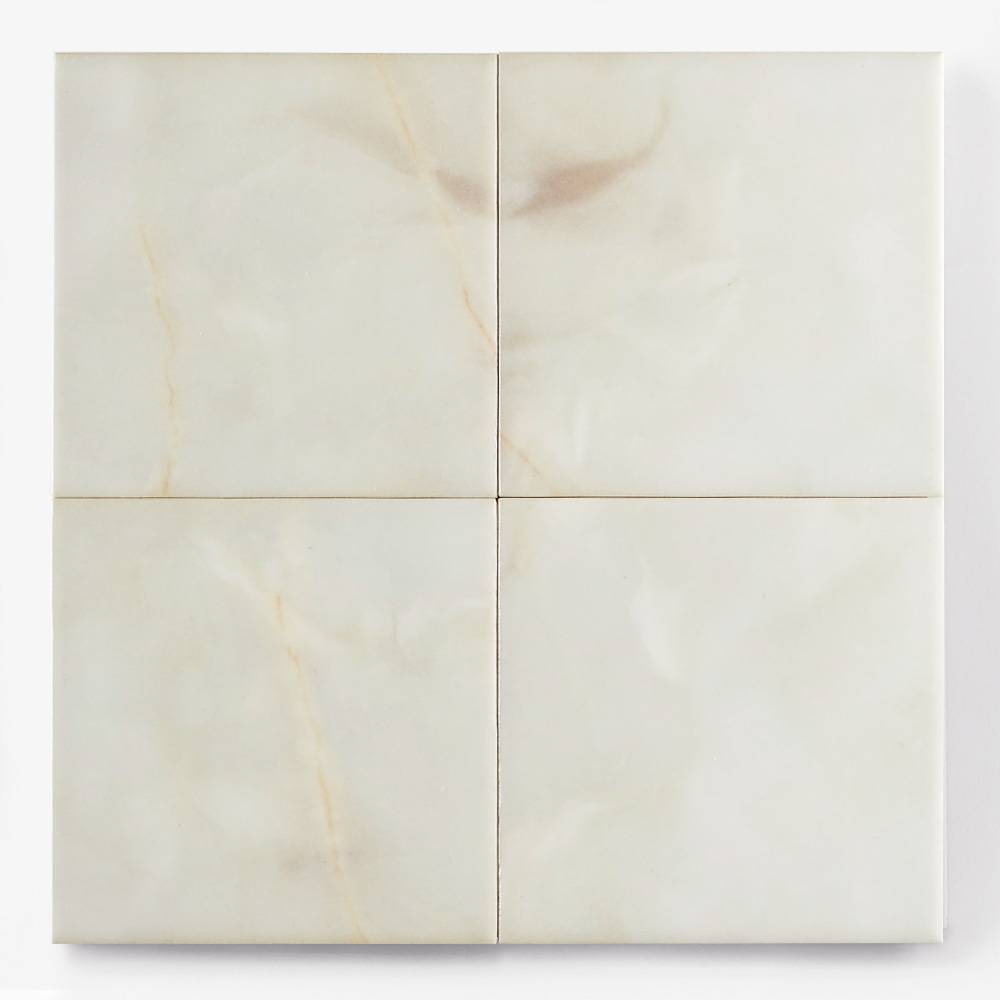 乳白色の石目調のプリントタイルです。壁タイルとしてご利用頂けます。