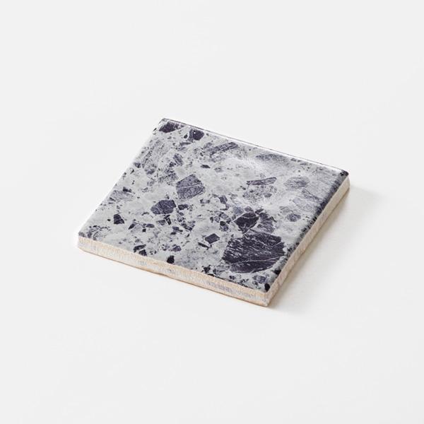 グレーの石目調のプリントタイルです。壁タイルとしてご利用頂けます。8パターンの石目の組み合わせとなります。