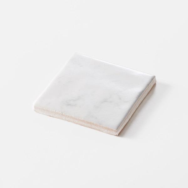白色の石目調のプリントタイルです。壁タイルとしてご利用頂けます。8パターンの石目の組み合わせとなります。