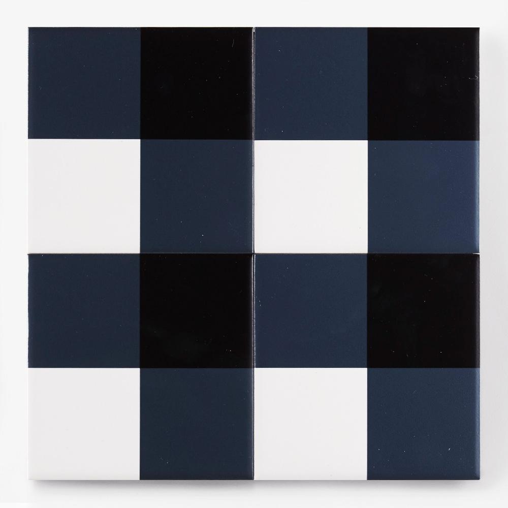 青と黒と白のチェック柄のプリントタイルです。壁タイル、床タイル、Pタイルとしてご利用頂けます。