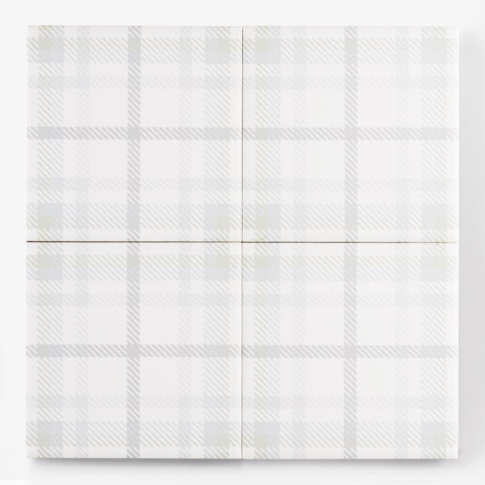 淡い色味のチェック柄のプリントタイルです。壁タイル、床タイル、Pタイルとしてご利用頂けます。