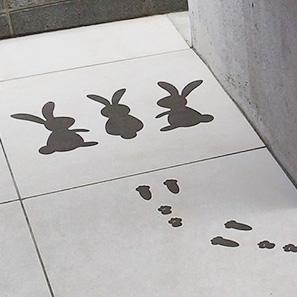 ウサギと足跡の外床タイル